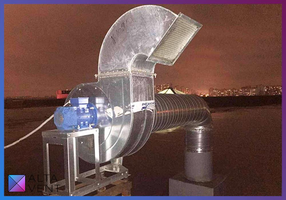 Вытяжной вентилятор для ресторана на крыше торгового центра в Москве