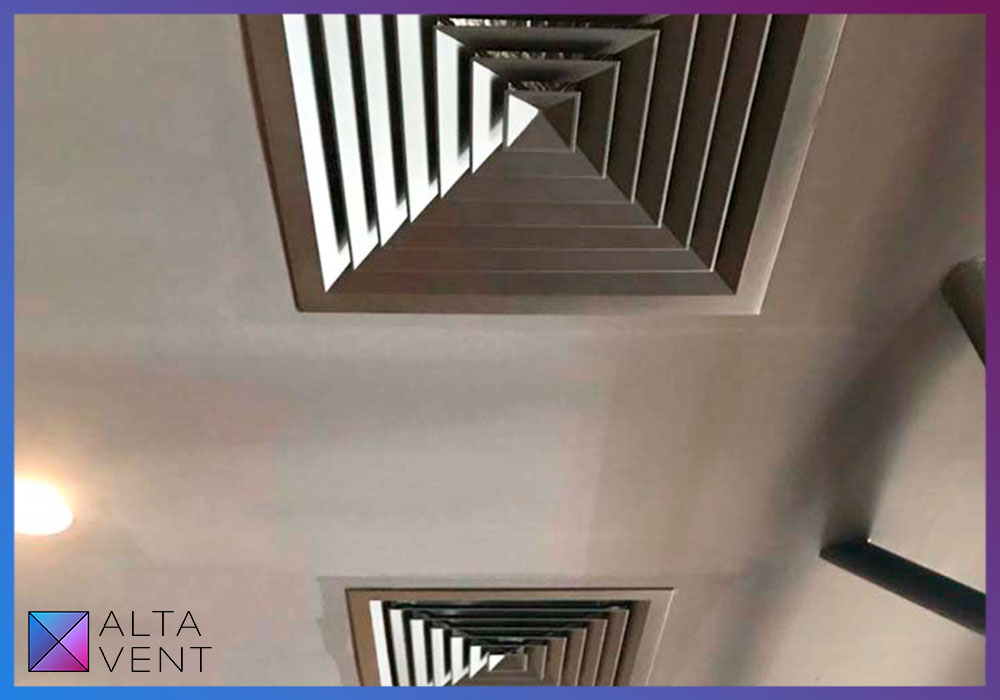 приточный воздуховод открытого типа и решётки канальных кондиционеров в цвет потолка